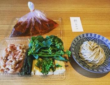 筍と山菜、つくねの春鍋(写真=お店提供)
